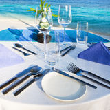 Tabule la configuración en el restaurante de la playa Foto de archivo libre de regalías