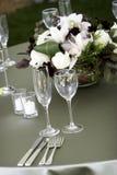 Tabule la configuración para un acontecimiento o una boda abastecido imágenes de archivo libres de regalías