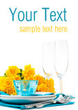 Tabule la configuración con las rosas amarillas, modelo listo Fotografía de archivo libre de regalías