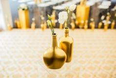 Tabule la decoración con las flores Imágenes de archivo libres de regalías