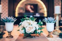Tabule la decoración con las flores Fotografía de archivo libre de regalías