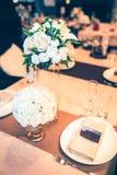 Tabule la decoración con las flores Imagen de archivo