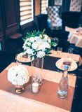 Tabule la decoración con las flores Fotos de archivo