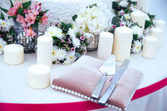 Tabule la decoración con las flores Imagenes de archivo