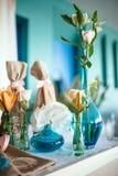 Tabule la decoración con las flores Fotografía de archivo