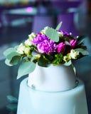 Tabule la decoración con las flores Imagen de archivo libre de regalías