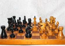 Tabuleiro de xadrez com figuras de madeira Foto de Stock