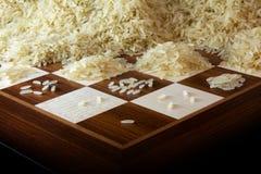Tabuleiro de xadrez com os montões crescentes de grões do arroz, legenda sobre o e fotos de stock royalty free