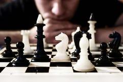 Tabuleiro de xadrez com pensamento desesperado do homem fotos de stock royalty free