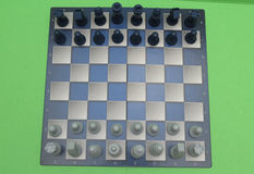 Tabuleiro de xadrez com verificadores plásticos Fotografia de Stock