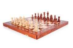 Tabuleiro de xadrez de madeira com as paz prontas para jogar imagens de stock