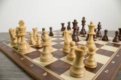 Tabuleiro de xadrez detalhado com a xadrez pronta para um fósforo fotos de stock royalty free