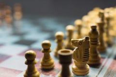 Tabuleiro de xadrez dramático em uma placa de vidro fotos de stock royalty free