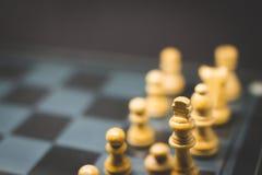 Tabuleiro de xadrez em uma placa de vidro foto de stock royalty free