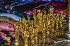 Tabuleiro de xadrez de madeira com figuras sob a forma dos guerreiros antigos o imagens de stock royalty free