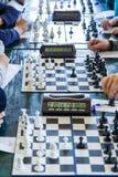 Tabuleiro de xadrez preto e branco na sala de aula na tabela Lição, treinamento, jogo intelectual imagens de stock royalty free