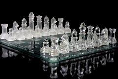 Tabuleiro de xadrez vítreo no preto Foto de Stock