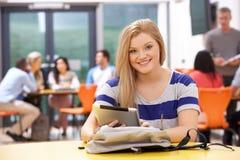Tabuleta adolescente fêmea de In Classroom With Digital do estudante foto de stock