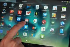 Tabuleta app que está sendo selecionada por um dedo fotos de stock royalty free