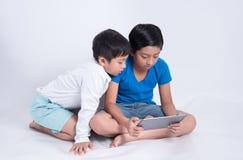 Tabuleta asiática do jogo do menino foto de stock