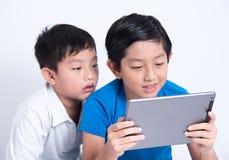 Tabuleta asiática do jogo do menino imagem de stock royalty free