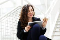 A tabuleta bonita branca da mulher de negócio fala o freelancer das etapas do escritório de gerente do estudante do telefone do e imagens de stock