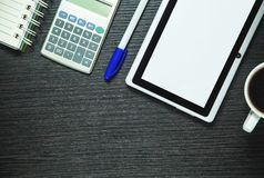 Tabuleta, calculadora, pena, café e bloco de notas de Digitas na madeira escura imagens de stock royalty free