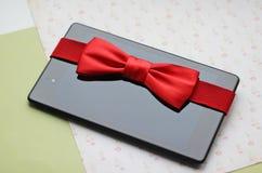 Tabuleta com curva vermelha, presente Imagem de Stock