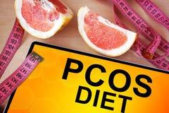Tabuleta com dieta de PCOS fotos de stock