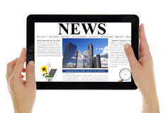 Tabuleta com a notícia digital, isolada no branco Fotografia de Stock Royalty Free