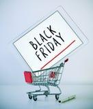 Tabuleta com preto sexta-feira do texto em um carrinho de compras Fotos de Stock
