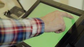 Tabuleta com a tela verde na verificação geral video estoque