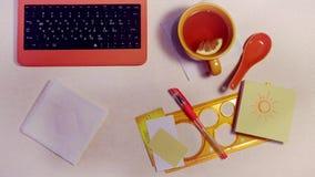 Tabuleta com a tela verde no café e no café servido video estoque