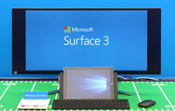 Tabuleta da superfície 3 e tela grande Imagem de Stock