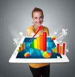 Tabuleta da terra arrendada da mulher com gráficos e diagramas Foto de Stock