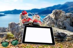 Tabuleta de Digitas com sapatas e vidros no fotos de stock