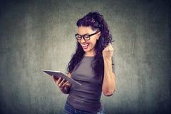 Tabuleta de observação da mulher feliz bem sucedida fotografia de stock