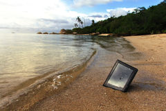 Tabuleta deixada de funcionar na praia Imagens de Stock