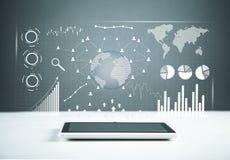 Tabuleta digital branca Estatísticas financeiras, gráficos de negócio, rede social e conexão fotografia de stock