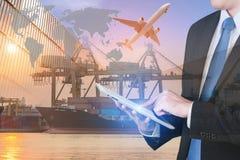 Tabuleta digital da imprensa do homem de negócios para mostrar a rede global imagens de stock