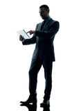 Tabuleta digital do homem de negócio isolada Foto de Stock