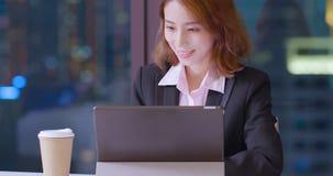Tabuleta digital do uso da mulher imagem de stock royalty free