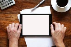 Tabuleta digital em branco na mesa fotos de stock royalty free