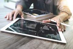 Tabuleta digital tocante da mão do homem de negócios Gerente w da finança da foto Imagens de Stock Royalty Free