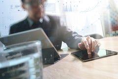 Tabuleta digital tocante da mão do homem de negócios Gerente w da finança da foto Imagem de Stock