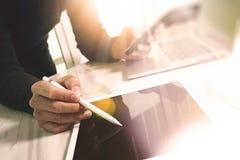 Tabuleta digital tocante da mão do homem de negócios Gerente w da finança da foto Fotos de Stock Royalty Free
