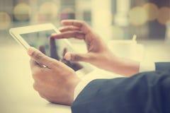 Tabuleta digital tocante das mãos masculinas indianas Imagem de Stock Royalty Free