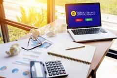 Tabuleta do computador com a tela para o bitcoin da compra ou da venda no espaço de trabalho Imagens de Stock