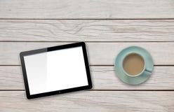 Tabuleta do computador com a tela vazia na tabela da plataforma pelo copo do café ou de chá Fotos de Stock