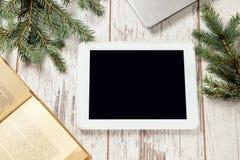Tabuleta do computador Filial spruce verde Livro imagens de stock royalty free